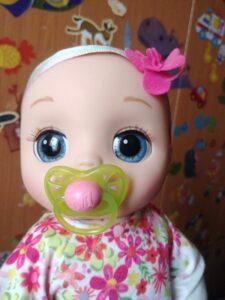 кукла сосет соску