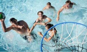 классические игры в бассейне - баскетбол