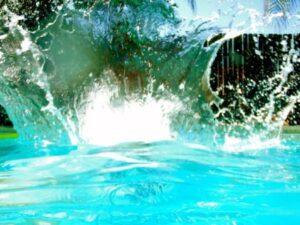 Игры в бассейне с брызгами