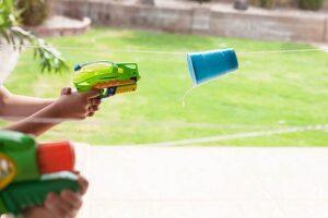 водяные пистолеты, чтобы занять детей на даче летом