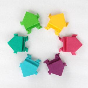 Чем занять ребенка дома: оригами лягушка