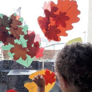 Простые детские поделки из осенних листьев