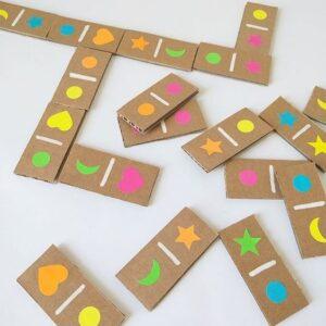 Нарисованный вариант домино для детейиз картона