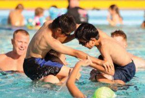 веселые игры в бассейне