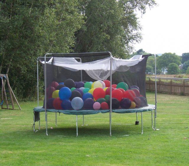 Заполнение батута воздушными шариками