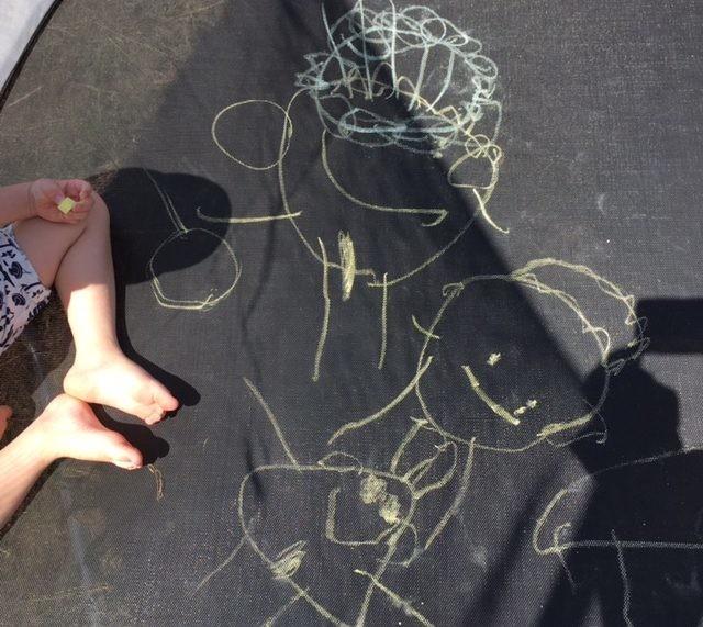 Рисование мелом на батуте