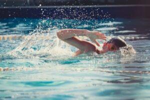 соревновательные игры в бассейне