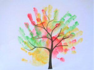 Осенние деревья в отпечатках ладоней