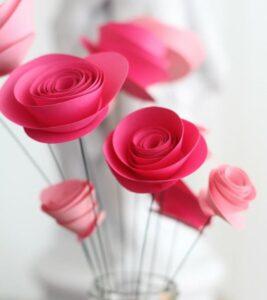 Розы из цветной бумаги
