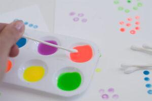 рисование ватными палочками неоновыми красками