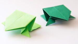 Переверните всю фигурку оригами, чтобы увидеть прыгающую лягушку