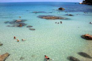 Пляж Ламаи на Самуи в Таиланде подходит для активного отдыха с детьми, даже для снорклинга.