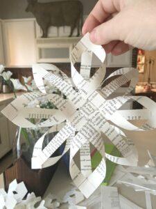 Объемная снежинка из газеты пошагово