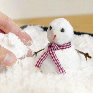 снеговик из игрушечного снега